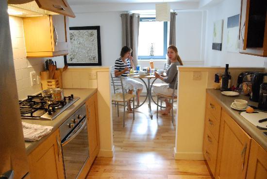 St Giles Apartments: кухня и гостинная