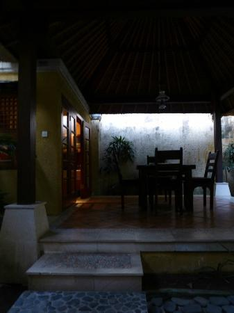 d'Sriwing Villa Gallery: Dining and kitchen (evening photo)