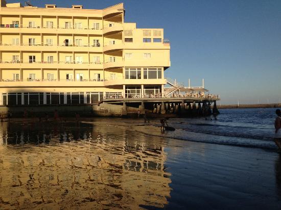El Medano Hotel: hotel visto desde la playa