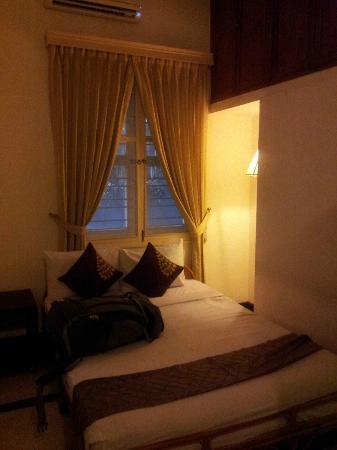 โรงแรมแฟรงกิพานีวิลลา-60s: Bedroom vaulted ceiling