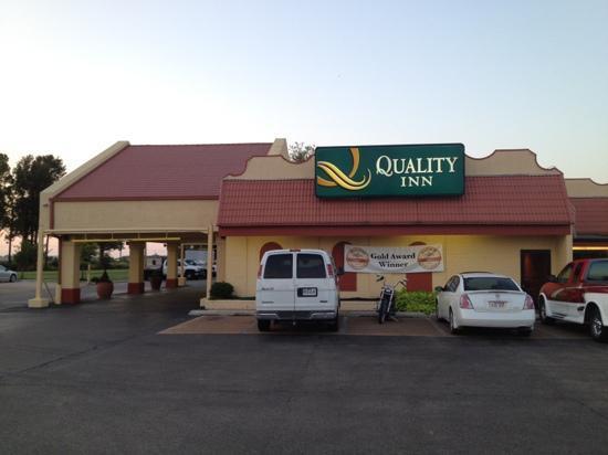 Quality Inn: street side view