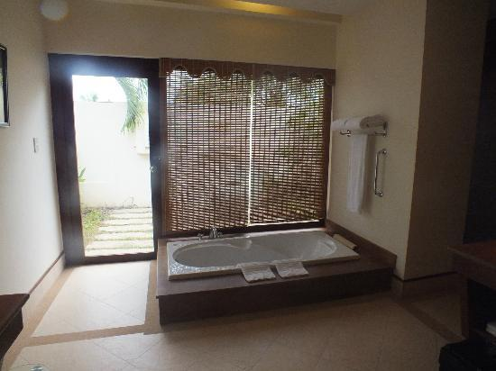 Angkor Palace Resort & Spa: The bathtub