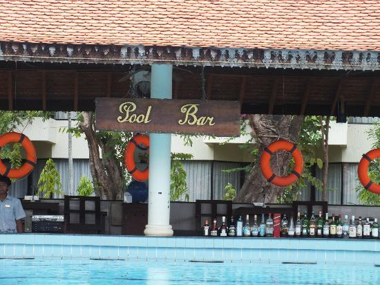 Angkor Palace Resort & Spa: The pool side bar