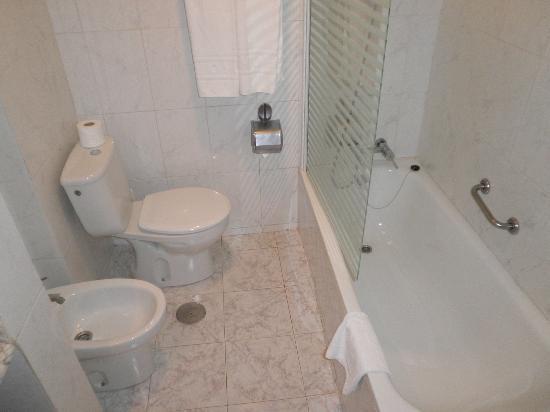 إتش10 لاس بالميراس: WC demasiado empotrado Había que sentarse de lado (Tenemos derecho a cagar derecho) 