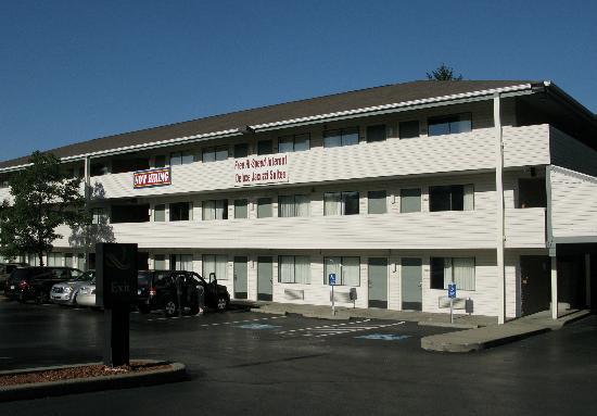 Quality Inn & Suites North: vue extérieure. Il y a un ascenceur pour les étages