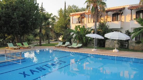 Xanthos Boutiquehotel: Pool und Haupthaus