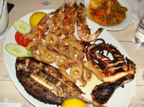 Kalamaki, Grecia: plateau de produits de la mer grillés pour 2 personnes