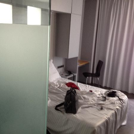 Hotel 54 Barceloneta : the walls inside the room are made of glass!