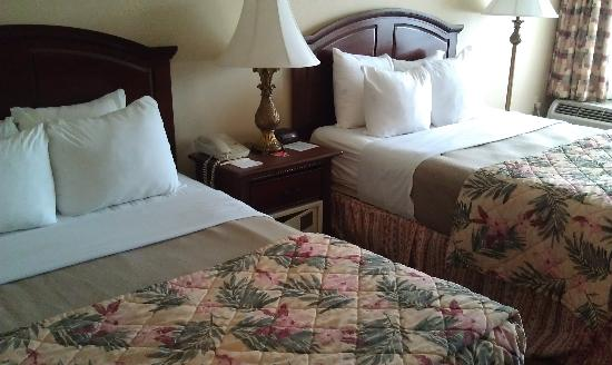 The Breakers Hotel & Suites: Very comfortable rooms