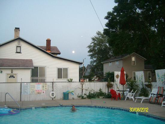 Fitzgeralds Motel: Just a shot of the full moon by the pool area