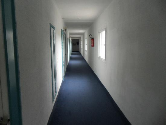 Hotel Les Colombes : couloir