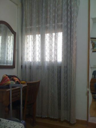 Hostal MH Fuencarral: vista dal letto