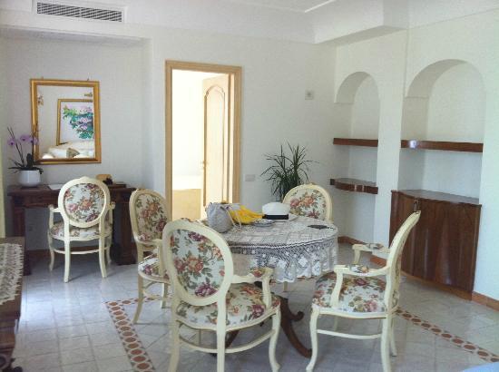 Hotel Villa Fraulo: リビングスペース(インテリアは好みではないが)