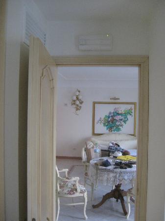 Hotel Villa Fraulo: 寝室からリビングスペース(ソファがエキストラベッドになっていた)