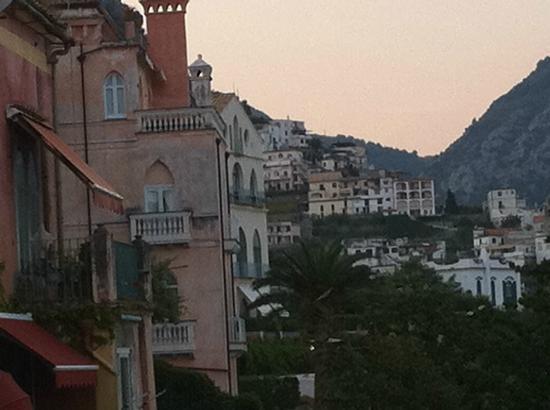 ホテル ヴィラ フローロ, バルコニーから見える左手の五つ星ホテルたち