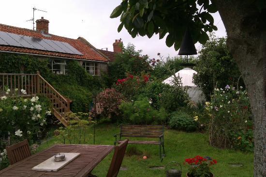 Bliss Cottage & Yurt: View of Yurt
