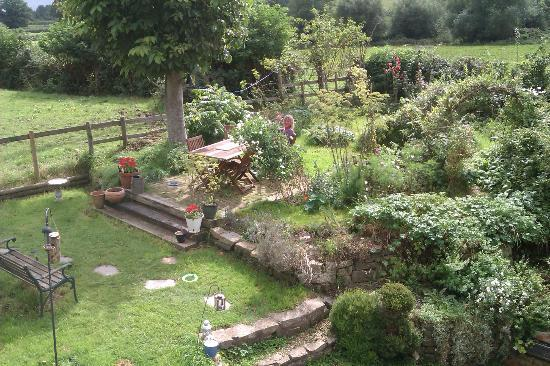 Bliss Cottage & Yurt: Country garden