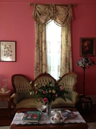 Camellia House Bed & Breakfast: Formal Living Room!!! great place to sit and think :D