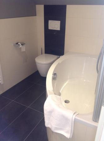 Exzellenz Hotel: Soaker tub, with folding doors for shower.