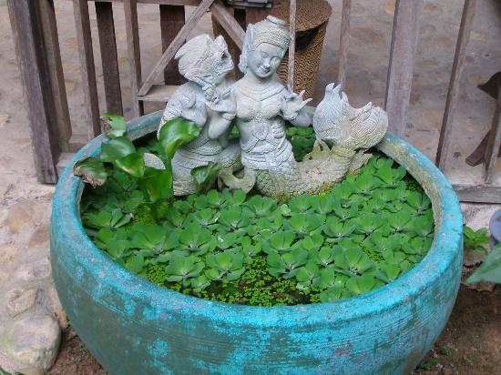 Le Bout du Monde - Khmer Lodge: Fontaine dans le jardin