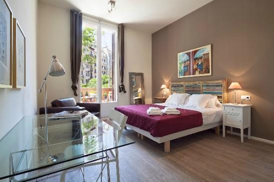 Aspasios Rambla Catalunya Suites: Dormitorio con balcon