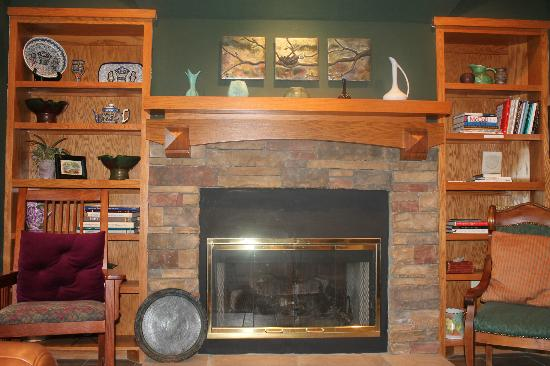 Lookout Point Lakeside Inn: The main fireplace