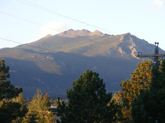 Comfort Inn Estes Park: View from outside back lot rooms