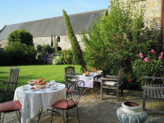 Le Manoir de la Fieffe: Petit déjeuner en terrasse