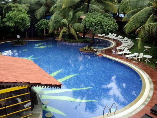 Lemon Tree Amarante Beach Resort, Goa: pool, with in water seating at bar