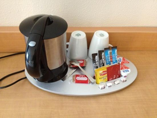 Mercure Paris La Defense 5: coffee and tea