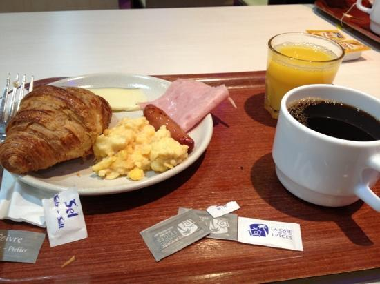 Mercure Paris La Defense: hotel breakfast... just okay