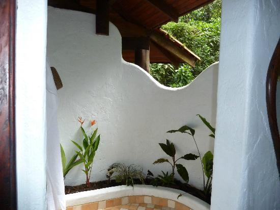 Playa Nicuesa Rainforest Lodge : open air shower!