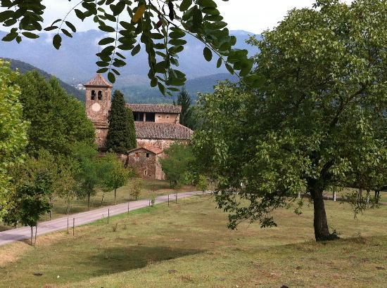 Mas el Guitart: Alrededores de la casa: iglesia románica