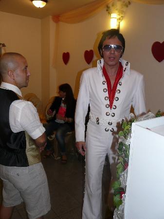 A Wedding Chapel In Las Vegas: fabrizio e elvis prima dell'inizio della cerimonia