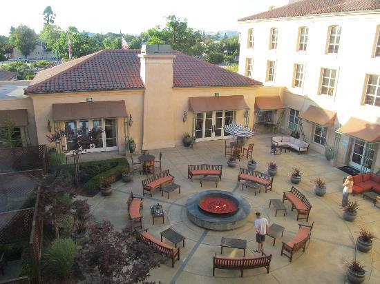 Hyatt Vineyard Creek Hotel: courtyard with firepit from room #323