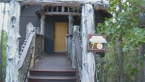 Oak Crest Cottages and Treehouses: Front of Tree house