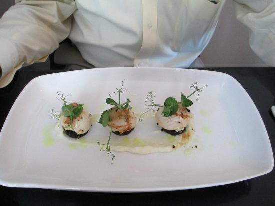 Y Castell Restaurant: Appetizer of scallops and black pudding on cauliflower puree