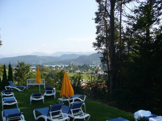 Hotel Balance: Blick von der Liegewiese auf den Wörthersee
