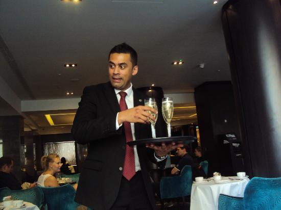 DoubleTree by Hilton Hotel London - West End: Our drinks arriving