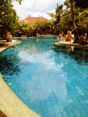 Ao Chalong Villa & Spa: large outdoor pool surrounded by the private villas
