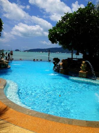 Ao Chalong Villa & Spa: outdoor pool overlooking ocean