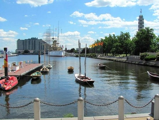 Independence Seaport Museum: Dock and basin, with little boats built in the Boat Shop
