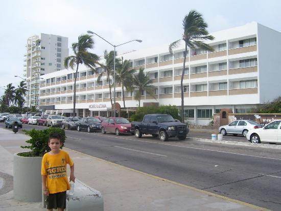 Hotel De Cima: Vista exterior sobre el malecon