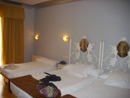 Habitaci n 106 triple fotograf a de hotel los angeles - Hotel los angeles en granada ...