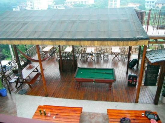 Trippers Carpe Diem Hostel Yangshuo : The common area and pool table