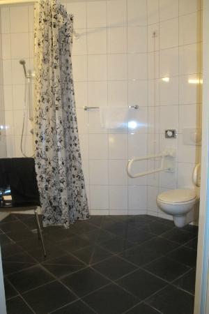 Mikon Eastgate Hotel: de aangepaste badkamer