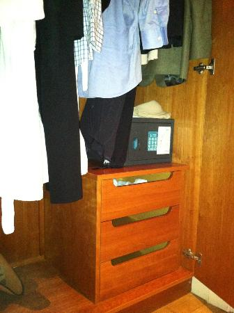 Grand Hotel : The three drawers in the entire room.
