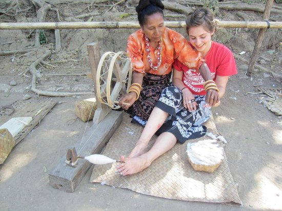 Watublapi, Indonesien: learning to spin thtread