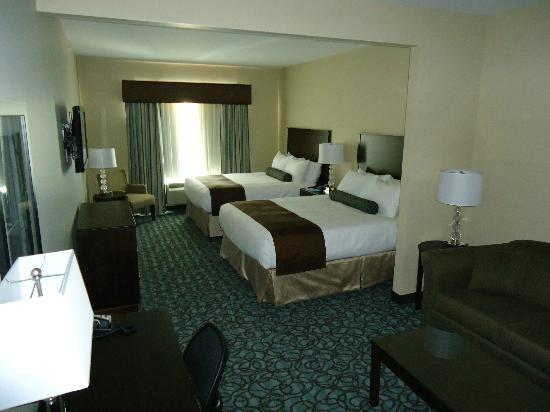 Best Western Plus Walkerton Hotel & Conference Centre: Queen Suite w/Living Room Area