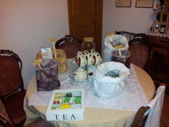 Agriturismo alle Torricelle B&B: Il tavolo del té